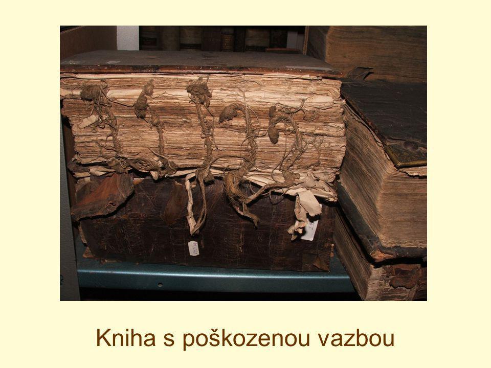 Kniha s poškozenou vazbou