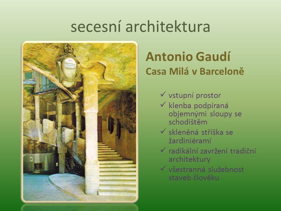 secesní architektura Antonio Gaudí Casa Milá v Barceloně vstupní prostor klenba podpíraná objemnými sloupy se schodištěm skleněná stříška se žardiniér