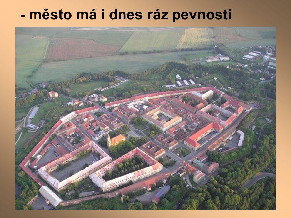 - město má i dnes ráz pevnosti