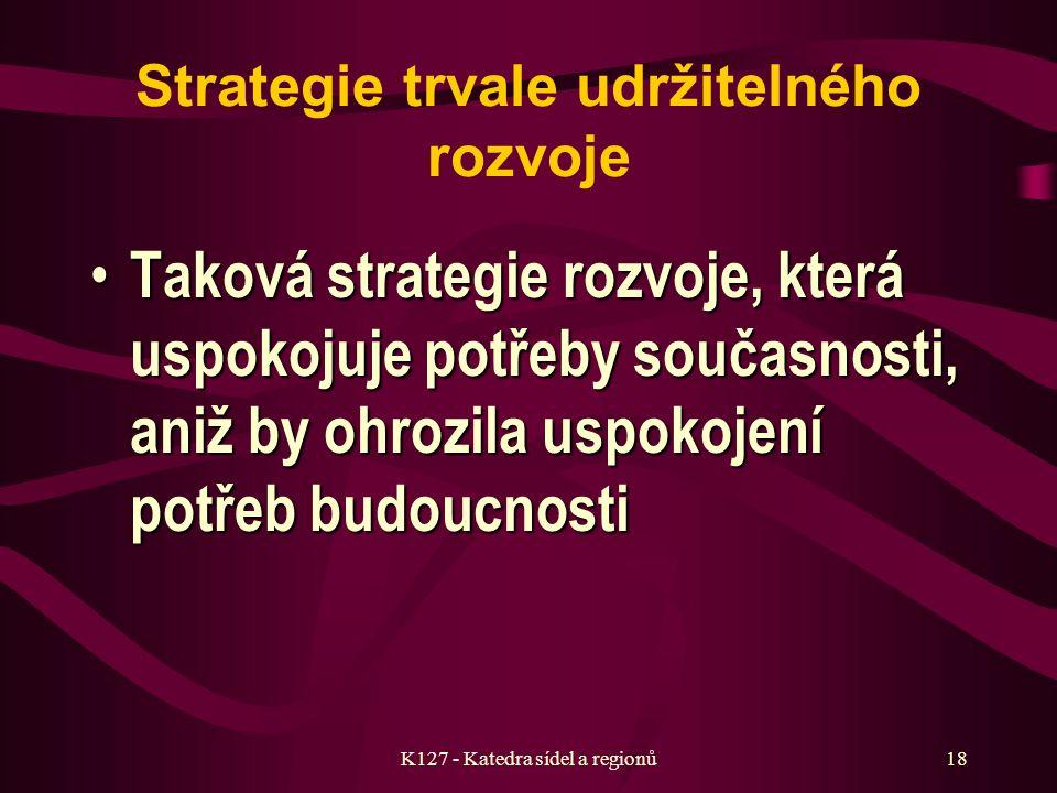 K127 - Katedra sídel a regionů17 e) Teoretická východiska strategického plánování Základním subjektem je sídlo – složitý a stále se rozvíjející organizmus, jehož struktury vyžadují jasné definování cílů a strategií, jinak by sídlo bylo ponecháno na pospas tlakům okolních subjektů, které mají své cíle definovány jasně Strategie se zásadně vyhýbá absolutním cílům a hodnotám – spíše stanovuje základní směry, zobecňuje fakta, procesy a ukazuje určité cíle, ke kterým je žádoucí směřovat Strategie je diskusí o tom, co je nejvhodnější a nejvíce žádoucí Nezbytný je i subjektivní názor