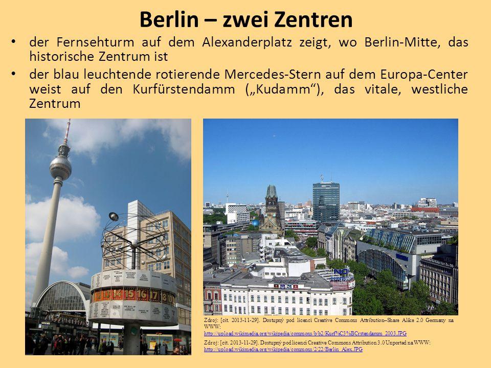 der Fernsehturm auf dem Alexanderplatz zeigt, wo Berlin-Mitte, das historische Zentrum ist der blau leuchtende rotierende Mercedes-Stern auf dem Europ