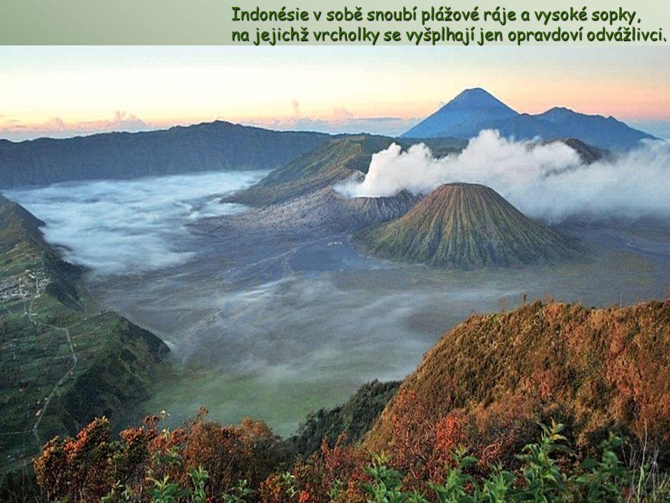 Indonésie v sobě snoubí plážové ráje a vysoké sopky, na jejichž vrcholky se vyšplhají jen opravdoví odvážlivci.
