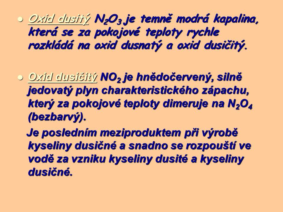 Oxid dusitý N 2 O 3 je temně modrá kapalina, která se za pokojové teploty rychle rozkládá na oxid dusnatý a oxid dusičitý.