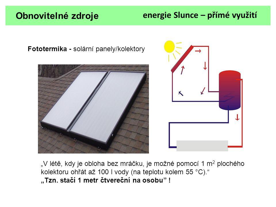 """Obnovitelné zdroje energie Slunce – přímé využití Fototermika - solární panely/kolektory """"V létě, kdy je obloha bez mráčku, je možné pomocí 1 m 2 ploc"""
