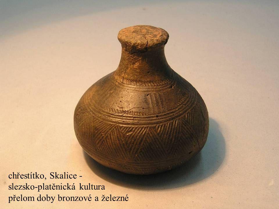 Jakub Jirásek25 chřestítko, Skalice - slezsko-platěnická kultura přelom doby bronzové a železné