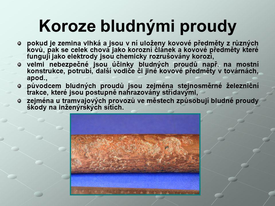 Koroze bludnými proudy pokud je zemina vlhká a jsou v ní uloženy kovové předměty z různých kovů, pak se celek chová jako korozní článek a kovové předm