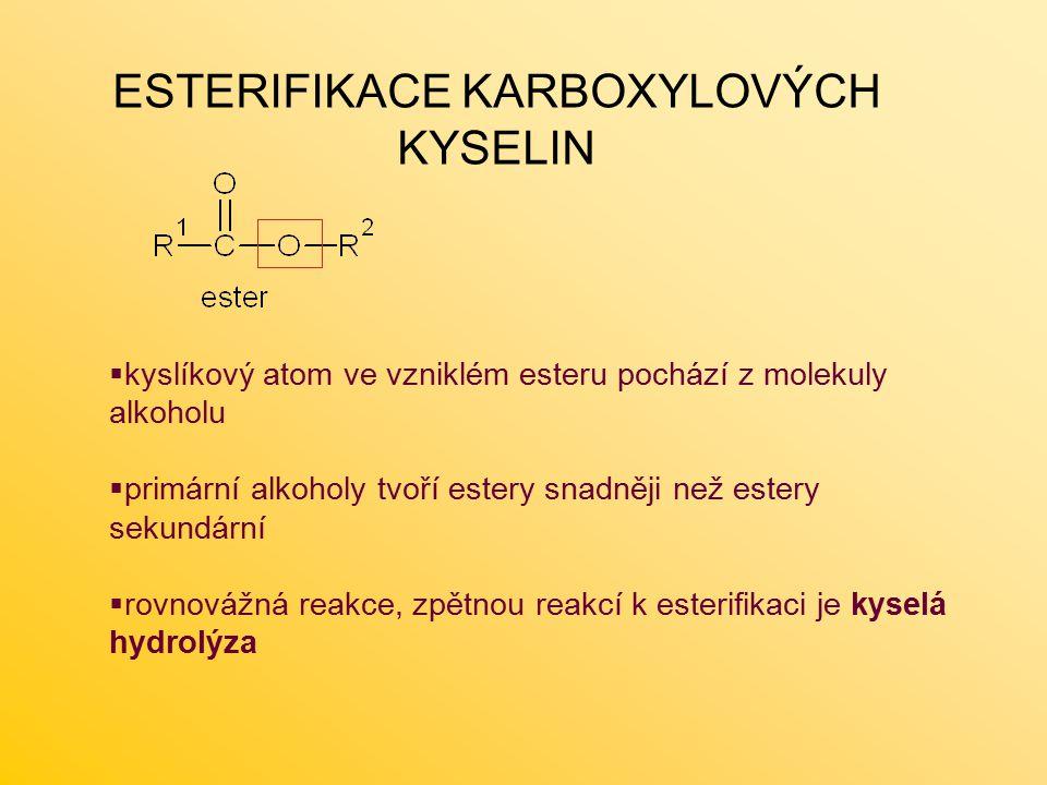  kyslíkový atom ve vzniklém esteru pochází z molekuly alkoholu  primární alkoholy tvoří estery snadněji než estery sekundární  rovnovážná reakce, zpětnou reakcí k esterifikaci je kyselá hydrolýza ESTERIFIKACE KARBOXYLOVÝCH KYSELIN