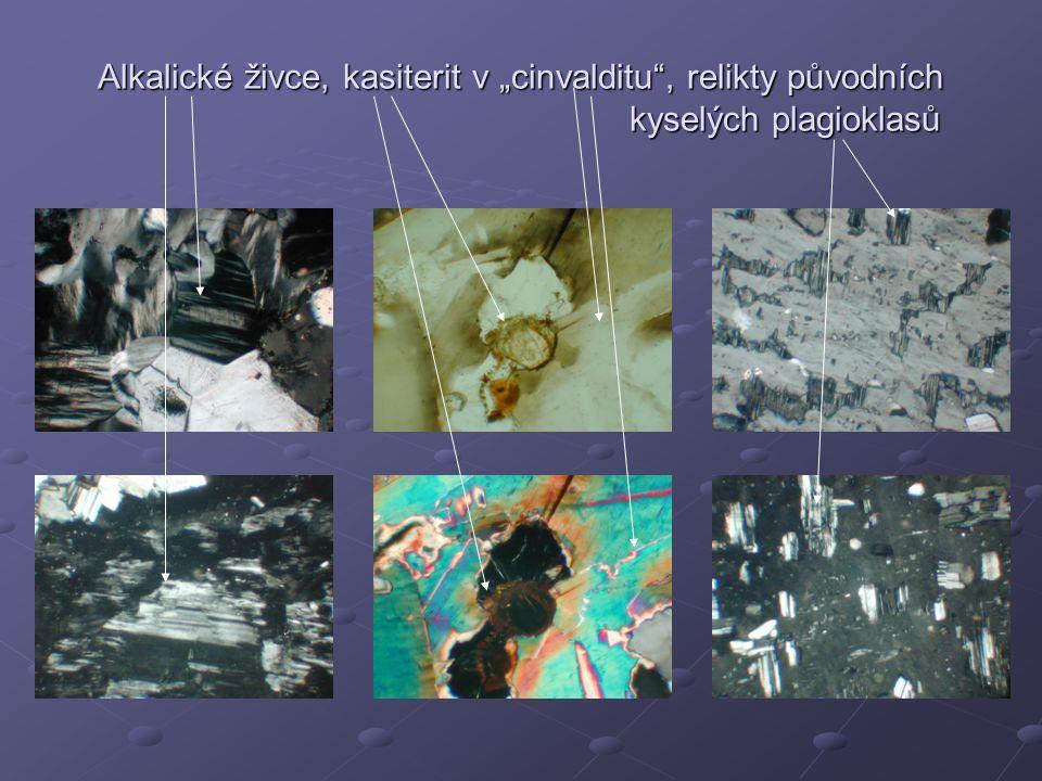 """Alkalické živce obklopující kasiterit v """"cinvalditu , který uzavírá ferrokolumbit Cinvaldit a albit uzavírající fluorit, jemnozrnný kasiterit a ferrokolumbit"""