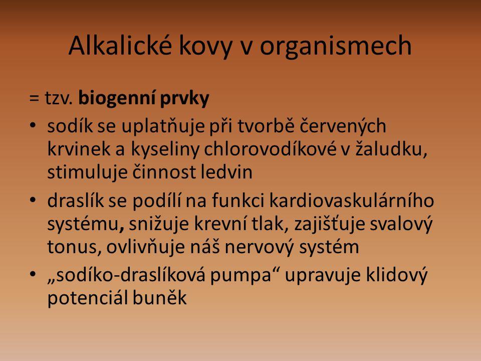 Alkalické kovy v organismech = tzv. biogenní prvky sodík se uplatňuje při tvorbě červených krvinek a kyseliny chlorovodíkové v žaludku, stimuluje činn