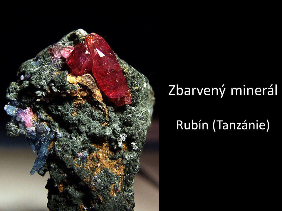 Zbarvený minerál Rubín (Tanzánie)