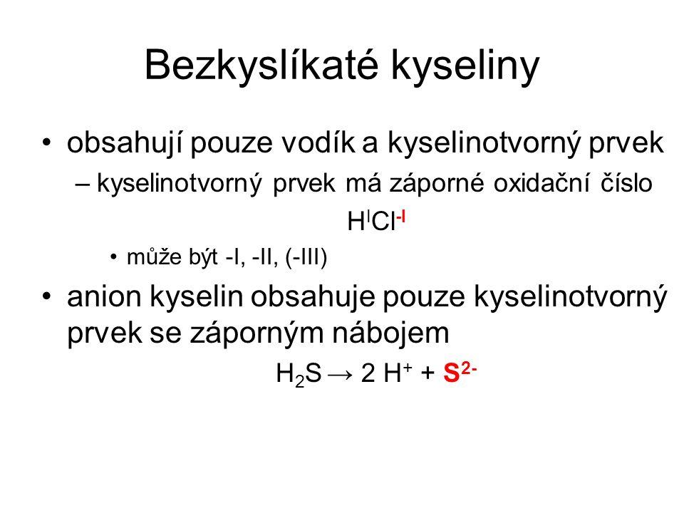 """Bezkyslíkaté kyseliny Kyselina chlorovodíková – HCl –vzniká rozpouštěním plynného chlorovodíku ve vodě –čirá kapalina výrazného štiplavého zápachu – odpařuje se z ní chlorovodík –maximálně může být 37% = """"koncentrovaná –disociuje na vodíkový kation a chloridový anion HCl→ H + + Cl - –její soli se označují jako chloridy (obsahují Cl - ) –starší označení je kyselina solná (výroba ze soli)"""
