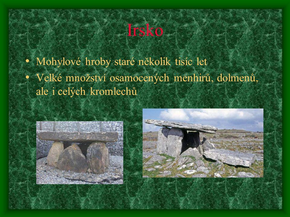 Irsko Mohylové hroby staré několik tisíc let Velké množství osamocených menhirů, dolmenů, ale i celých kromlechů