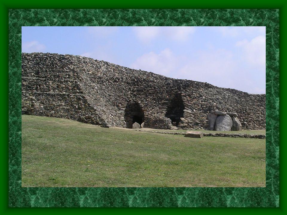 Menhiry Dále tvoří: kamenné řady - skupiny menhirů na půdorysu přímky.