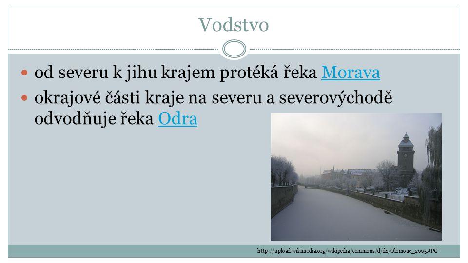 Vodstvo od severu k jihu krajem protéká řeka MoravaMorava okrajové části kraje na severu a severovýchodě odvodňuje řeka OdraOdra http://upload.wikimed