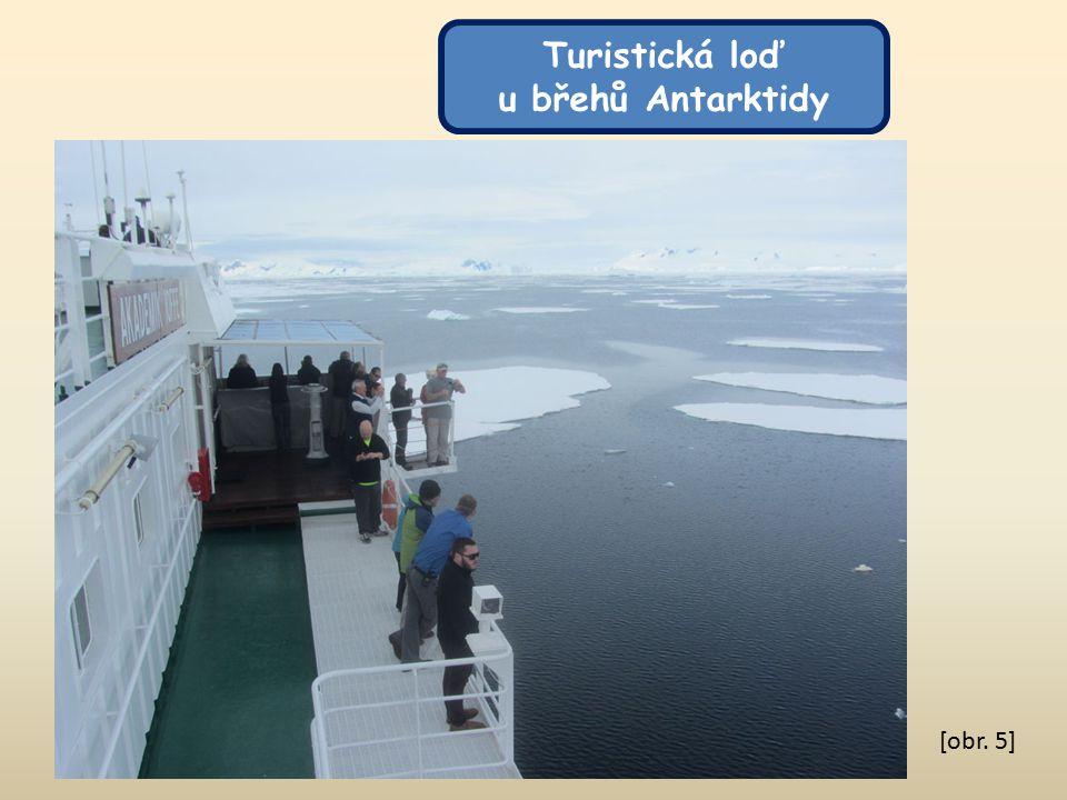 [obr. 5] Turistická loď u břehů Antarktidy