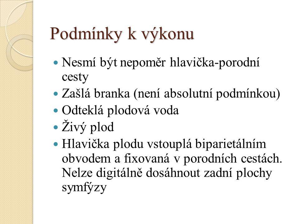 Provedení kleštového porodu Kleště zavádíme mimo kontrakci po předchozí mediolaterální epiziotomii.