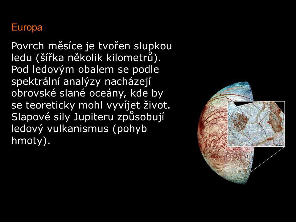 Europa Povrch měsíce je tvořen slupkou ledu (šířka několik kilometrů). Pod ledovým obalem se podle spektrální analýzy nacházejí obrovské slané oceány,