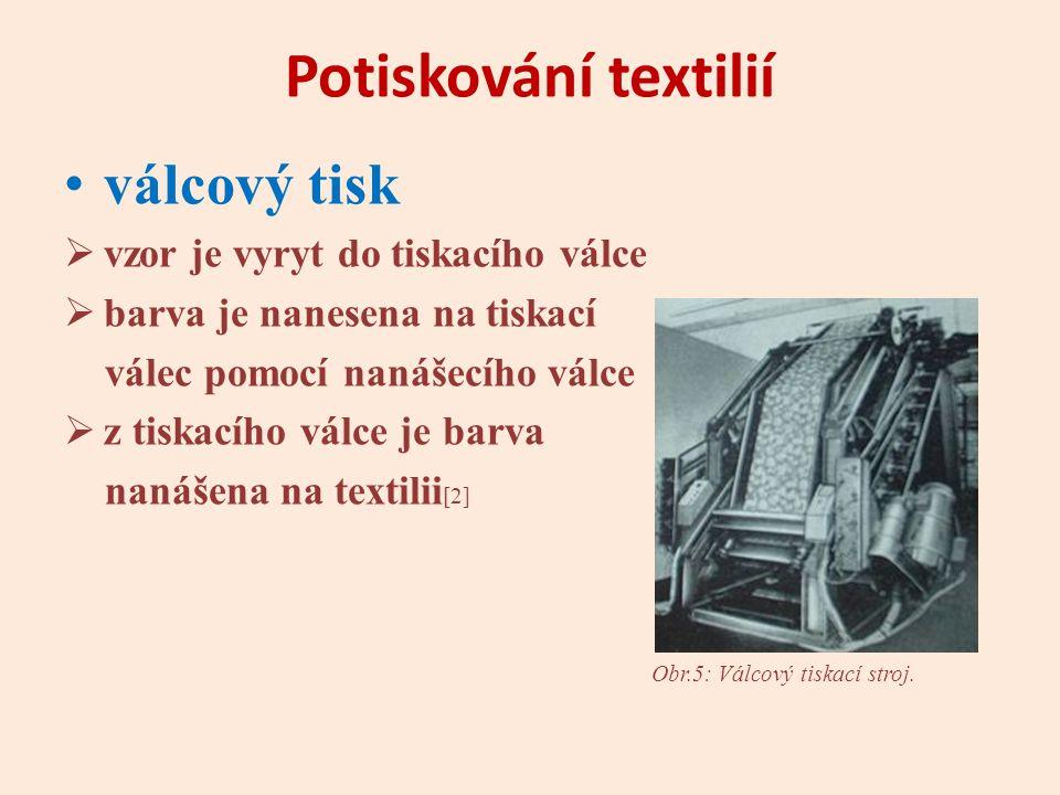 Potiskování textilií válcový tisk  vzor je vyryt do tiskacího válce  barva je nanesena na tiskací válec pomocí nanášecího válce  z tiskacího válce je barva nanášena na textilii [2] Obr.5: Válcový tiskací stroj.