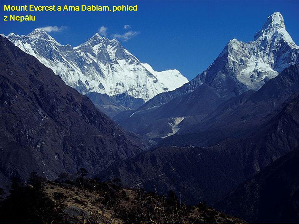 Mount Everest a Ama Dablam, pohled z Nepálu
