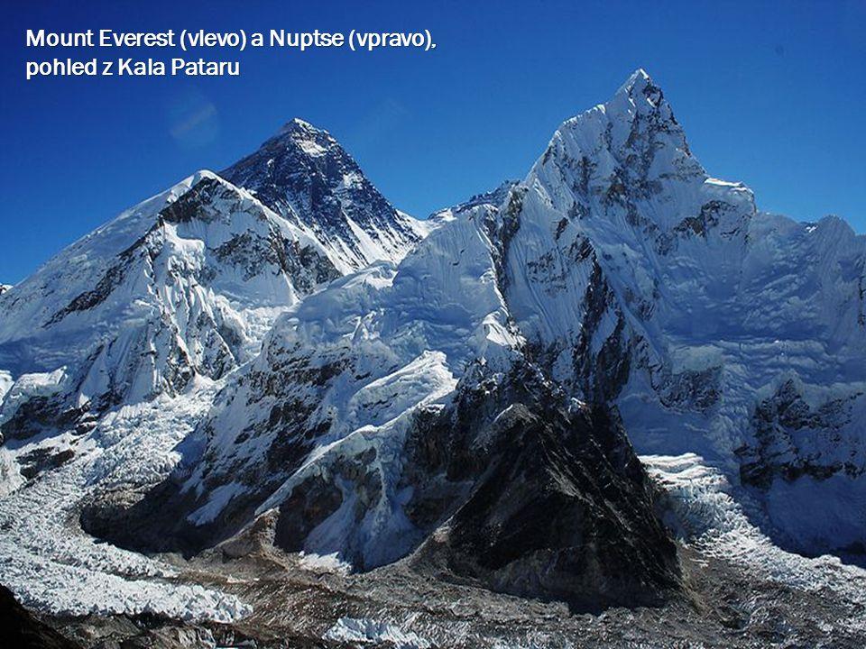 Mount Everest (vlevo) a Nuptse (vpravo), pohled z Kala Pataru
