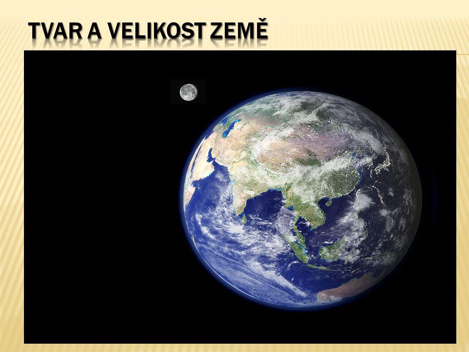  Poloměr Země je skoro 6,5 tisíce kilometrů (6 378 km), z čehož plyne relativně malá křivost povrchu  Zakřivení způsobená geologickou aktivitou jsou mnohem výraznější než zakřivení vzniklá v důsledku kulatosti  Proto se lidé ve starověku domnívali, že Země je celkově plochá  Proti tomuto názoru ale postupně svědčily různé vědecké poznatky a pozorování