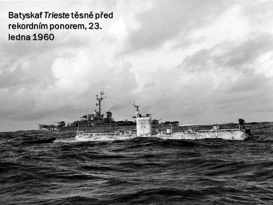 Batyskaf Trieste těsně před rekordním ponorem, 23. ledna 1960