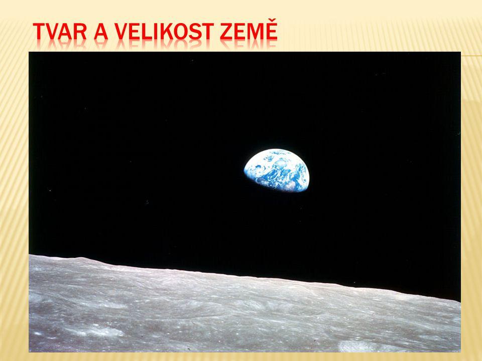  Tvar Země (geoid) je výsledkem působení gravitace (přitažlivosti) a rotace  Gravitace nutí objekty ke kulovému tvaru  Rotace – bod na rovníku 1 600 km/h  Rotace snižuje působení gravitace v oblasti rovníku a zvětšuje rovníkový průměr o 21 km ve srovnání s polárním průměrem