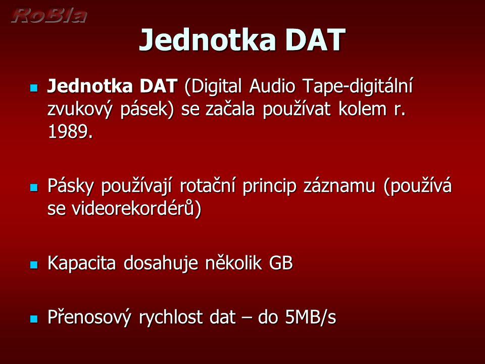 Jednotka DAT Jednotka DAT (Digital Audio Tape-digitální zvukový pásek) se začala používat kolem r. 1989. Jednotka DAT (Digital Audio Tape-digitální zv