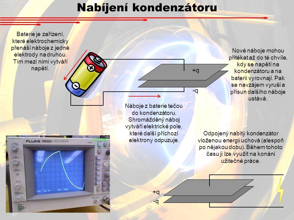 Nabíjení kondenzátoru +q -q Baterie je zařízení, které elektrochemicky přenáší náboje z jedné elektrody na druhou.