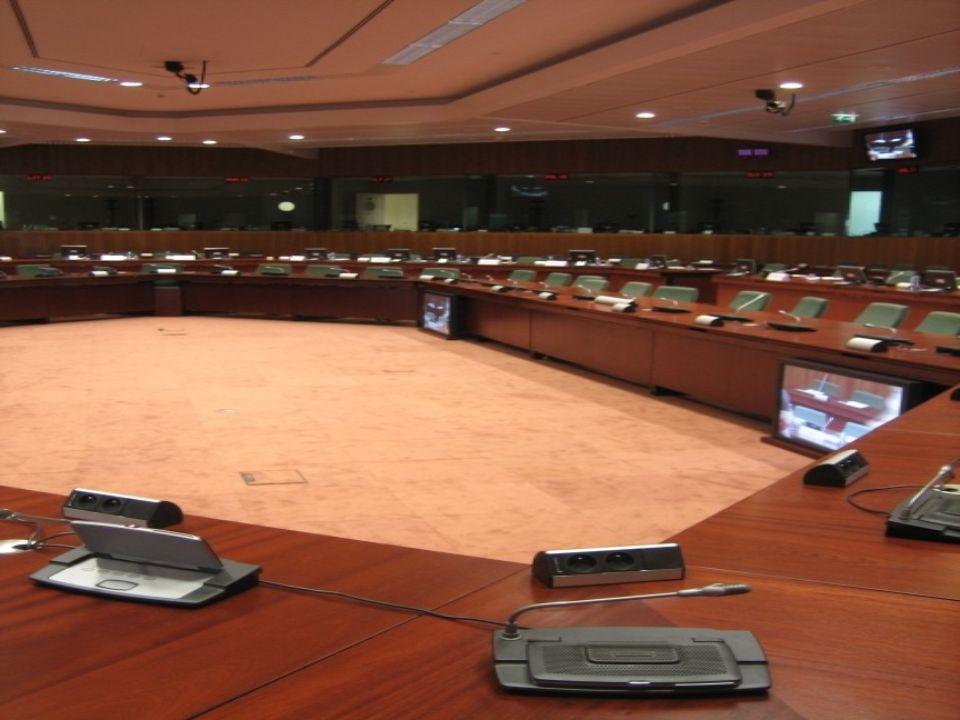 Evropská komise Sleduje zájmy Evropské unie jako celku Má právo iniciovat* návrhy zákonů a dohlíží na dodržování přijatých smluv.