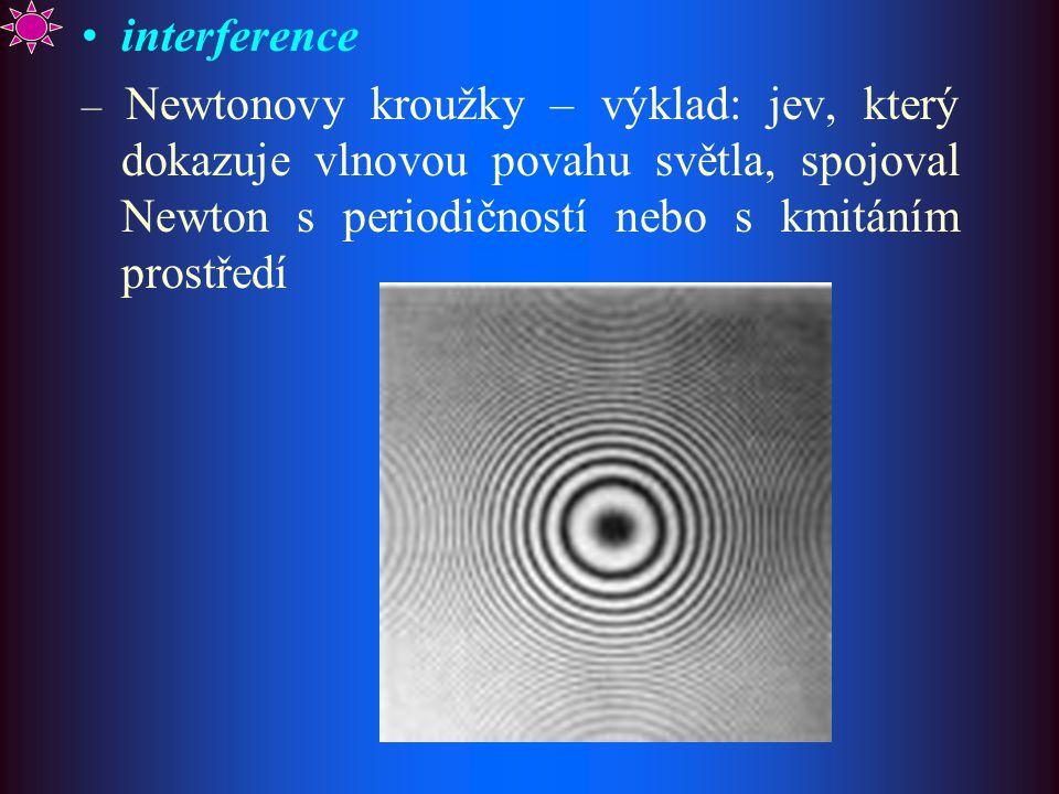 interference – Newtonovy kroužky – výklad: jev, který dokazuje vlnovou povahu světla, spojoval Newton s periodičností nebo s kmitáním prostředí