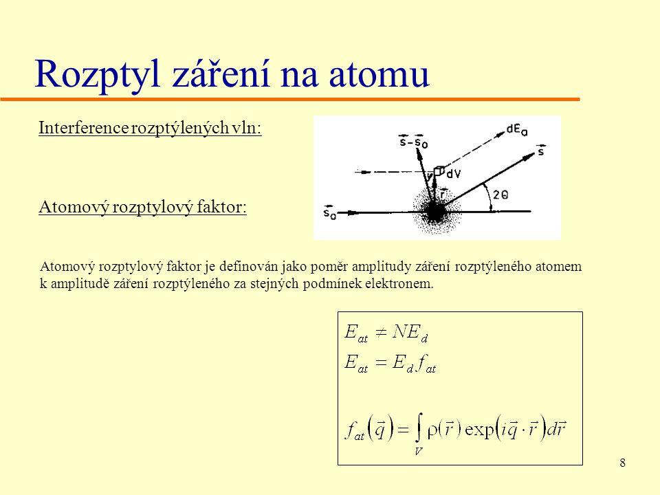 8 Rozptyl záření na atomu Interference rozptýlených vln: Atomový rozptylový faktor: Atomový rozptylový faktor je definován jako poměr amplitudy záření rozptýleného atomem k amplitudě záření rozptýleného za stejných podmínek elektronem.