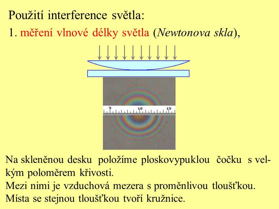 Na skleněnou desku položíme ploskovypuklou čočku s vel- kým poloměrem křivosti. Mezi nimi je vzduchová mezera s proměnlivou tloušťkou. Místa se stejno