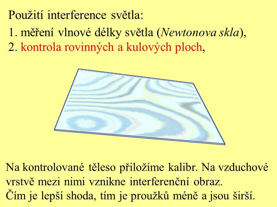 Na kontrolované těleso přiložíme kalibr. Na vzduchové vrstvě mezi nimi vznikne interferenční obraz. Čím je lepší shoda, tím je proužků méně a jsou šir