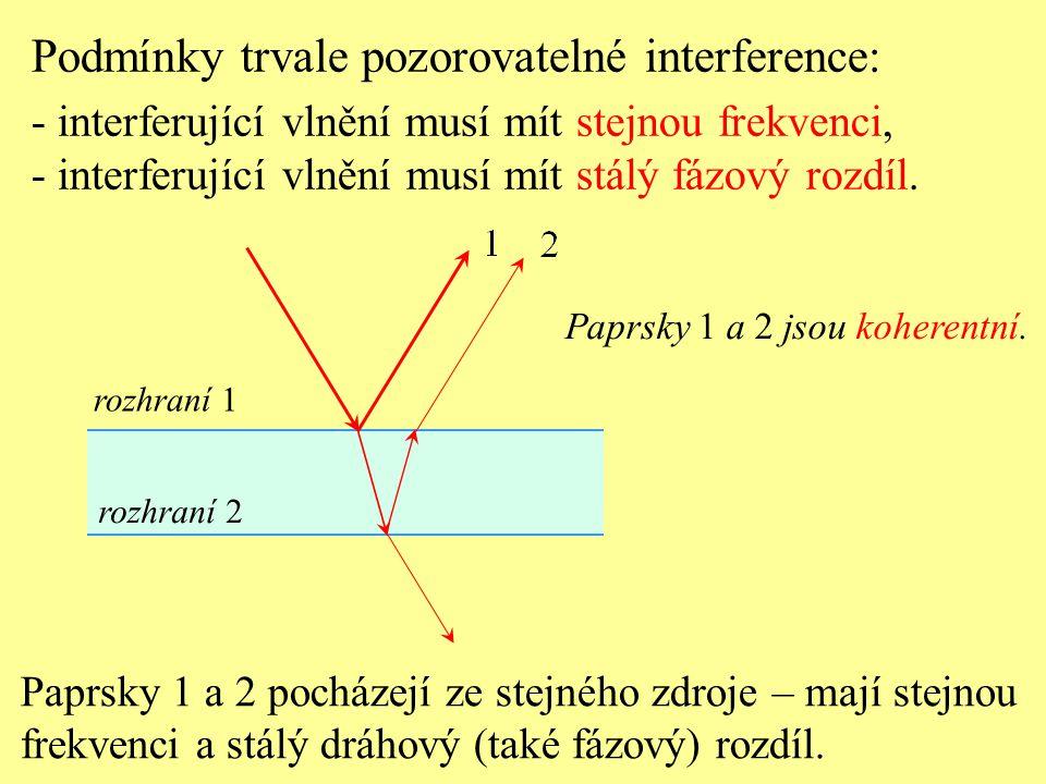 Paprsky 1 a 2 pocházejí ze stejného zdroje – mají stejnou frekvenci a stálý dráhový (také fázový) rozdíl. Podmínky trvale pozorovatelné interference: