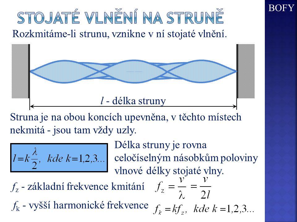 Rozkmitáme-li strunu, vznikne v ní stojaté vlnění. l - délka struny Struna je na obou koncích upevněna, v těchto místech nekmitá - jsou tam vždy uzly.