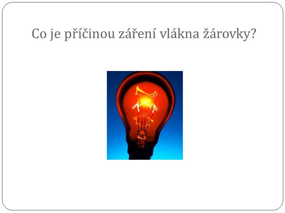 Co je příčinou záření vlákna žárovky?