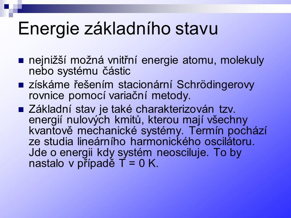 Energie základního stavu nejnižší možná vnitřní energie atomu, molekuly nebo systému částic získáme řešením stacionární Schrödingerovy rovnice pomocí variační metody.