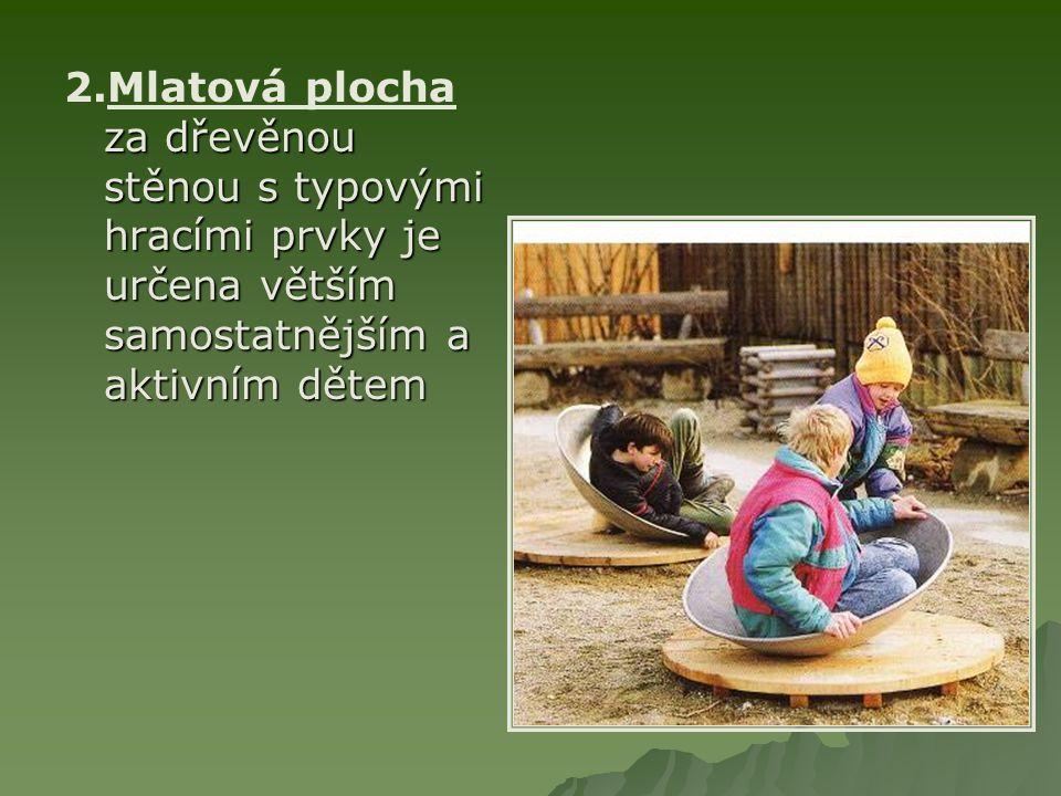 za dřevěnou stěnou s typovými hracími prvky je určena větším samostatnějším a aktivním dětem 2.Mlatová plocha za dřevěnou stěnou s typovými hracími prvky je určena větším samostatnějším a aktivním dětem