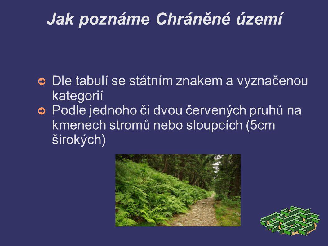 Jak poznáme Chráněné území ➲ Dle tabulí se státním znakem a vyznačenou kategorií ➲ Podle jednoho či dvou červených pruhů na kmenech stromů nebo sloupcích (5cm širokých)