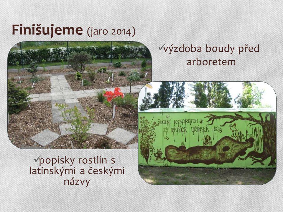 Finišujeme (jaro 2014) popisky rostlin s latinskými a českými názvy výzdoba boudy před arboretem
