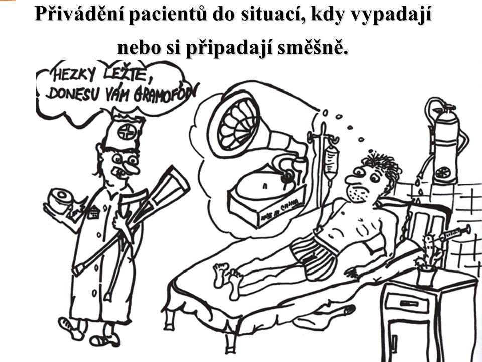 Přivádění pacientů do situací, kdy vypadají nebo si připadají směšně.