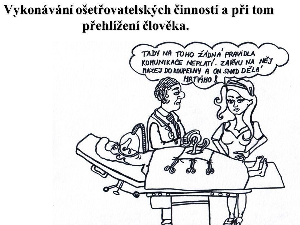 Vykonávání ošetřovatelských činností a při tom přehlížení člověka.