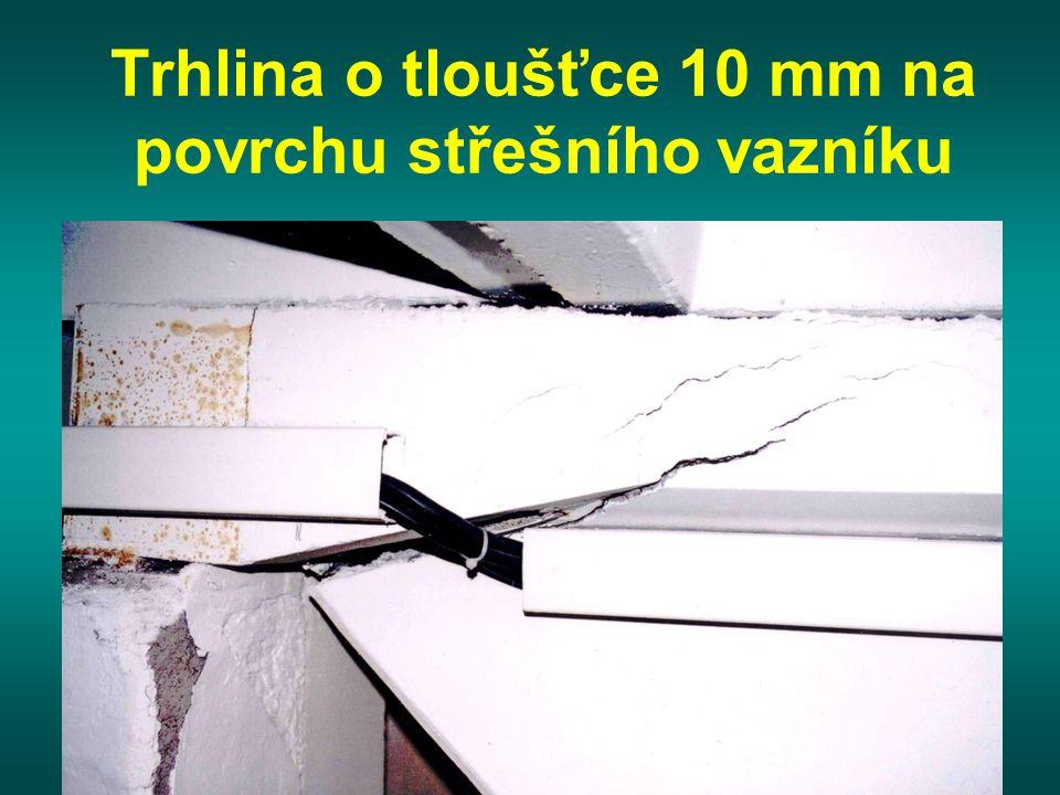 Trhlina o tloušťce 10 mm na povrchu střešního vazníku