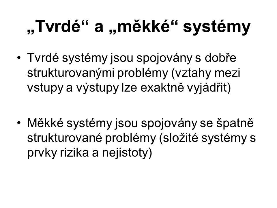 """""""Tvrdé"""" a """"měkké"""" systémy Tvrdé systémy jsou spojovány s dobře strukturovanými problémy (vztahy mezi vstupy a výstupy lze exaktně vyjádřit) Měkké syst"""