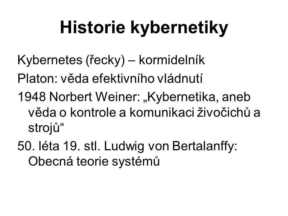 """Historie kybernetiky Kybernetes (řecky) – kormidelník Platon: věda efektivního vládnutí 1948 Norbert Weiner: """"Kybernetika, aneb věda o kontrole a komu"""