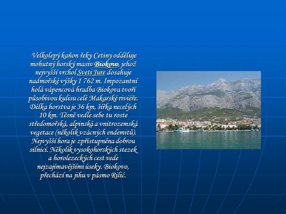 Velkolepý kaňon řeky Cetiny odděluje mohutný horský masiv Biokovo, jehož nejvyšší vrchol Sveti Jure dosahuje nadmořské výšky 1 762 m. Impozantní holá