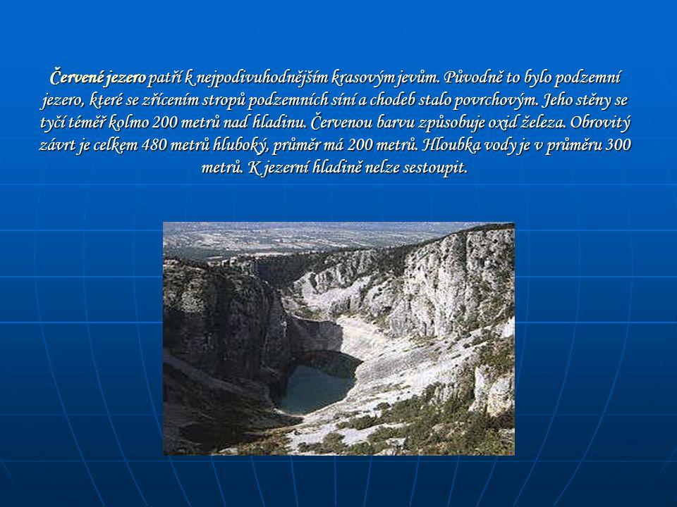 Červené jezero patří k nejpodivuhodnějším krasovým jevům. Původně to bylo podzemní jezero, které se zřícením stropů podzemních síní a chodeb stalo pov