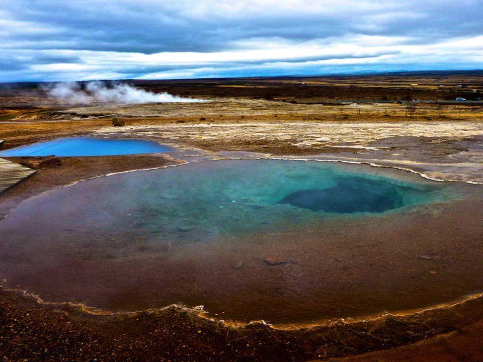 Na ostrově je asi 150 geotermálních koupališť (se standardními plaveckými bazény délky 25 m a islandskou specialitou - malými kruhovými bazénky pro re