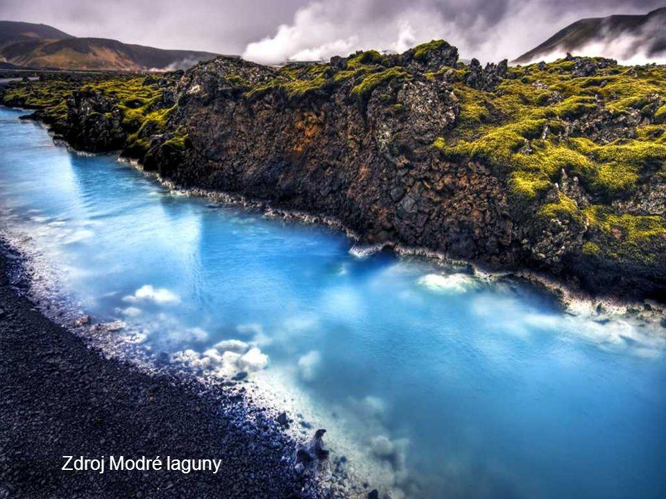 Mléčná Modrá laguna Toto umělé jezero je proslulé mléčně bílou barvou vody a vysokou koncentrací solí. Silný přítok obmění všechnu vodu laguny asi za